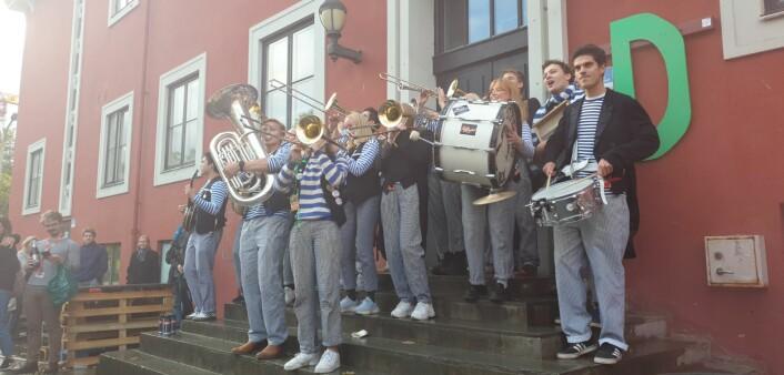 "NU KLINGER: Stindens Promenade Orchester sto for musikken, og spilte opp til ""Nu Klinger"" da klokka slo fire."