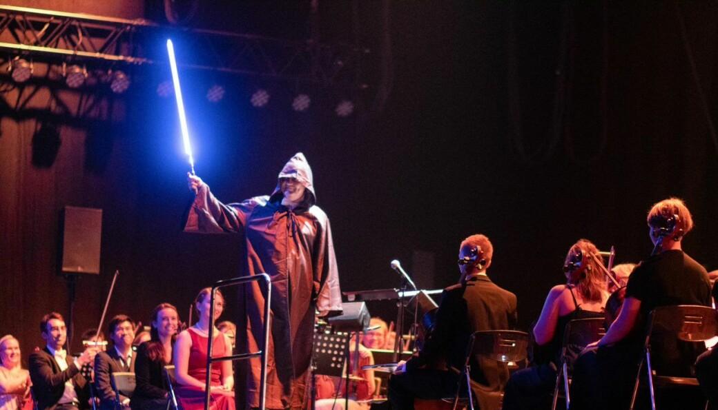 LYS FRAMTID: Dirigent Gavin David Lee stilte opp i Jedi-kostyme, sjølv om ein kan argumentere for at han var likare darth Sidious.