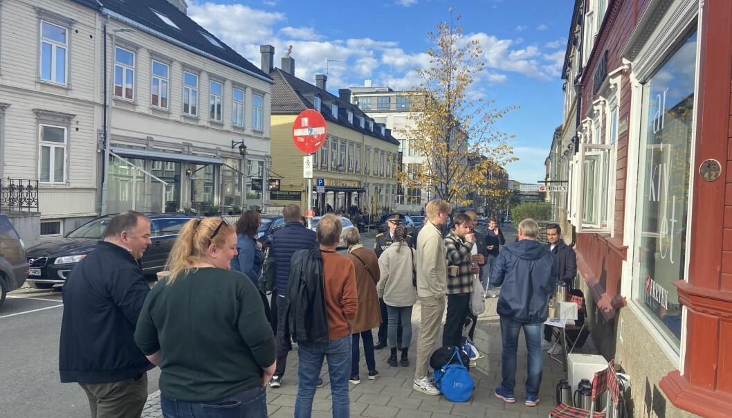 STORT OPPMØTE: Flere tok turen innom gatepraten utenfor Rosenborg Bakeri.