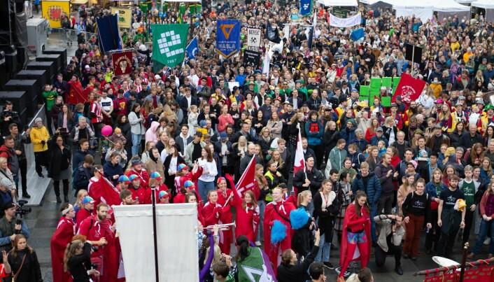 Et hav av folk og bannere møtte opp til UKEtoget.