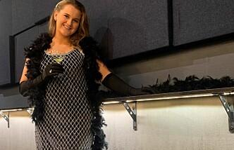 LANGREIST KJOLE: Moren til Frida måtte betale 250 kroner for å sende kjolen til Trondheim.