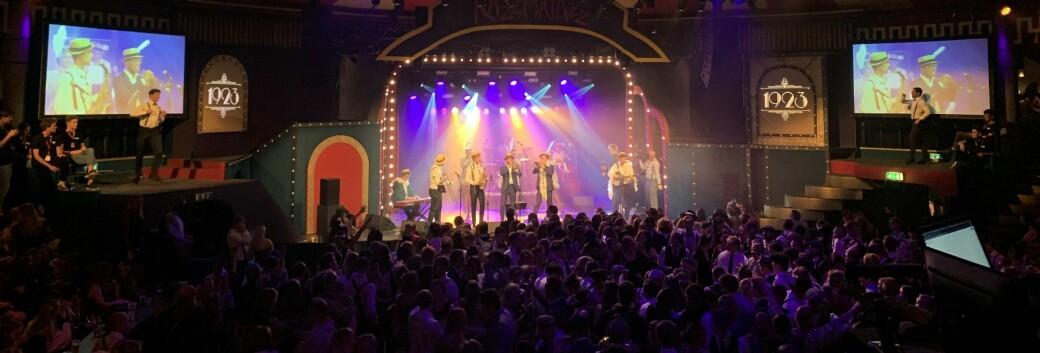 LIVE MUSIKK: I Storsalen kunne man danse til jazzbandmusikk.